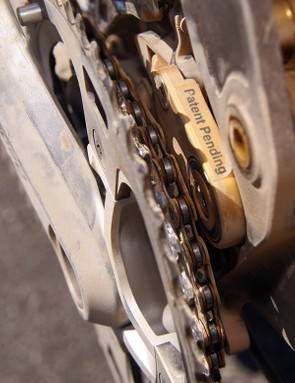 The front derailleur mounts to a platethat virtually guarantees that you can never drop your chain to the inside.