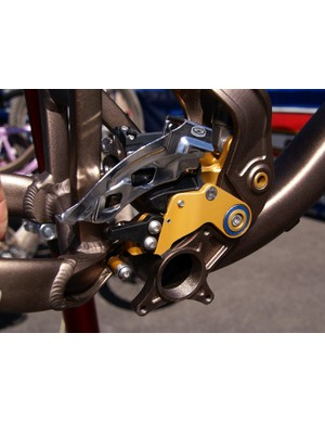 A clever pivoting front derailleur mount tracks the movement of the rear endfor better shifting throughout the travel range.