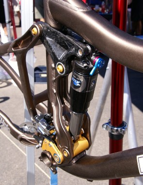 The Firebird continues Pivot's use of Dave Weagle's dw-link suspension designbut the shock is now fully floating between the upper and lower linkages for more finely tuned suspension rates.