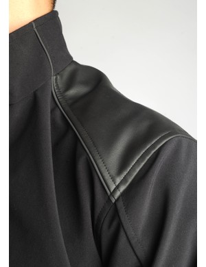 The rubberized shoulder panelkeeps messenger bag straps in place.