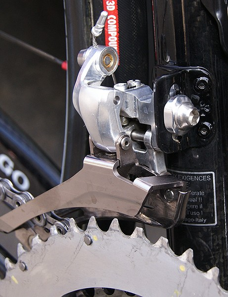 The front derailleur is likewise just a CNC-machined prototype but the styling elements are there.