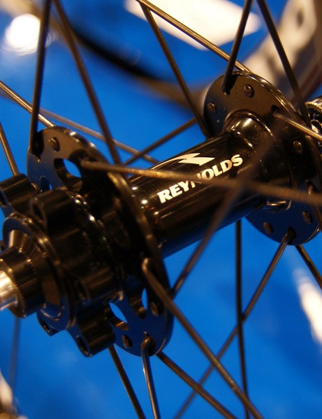 The six-bolt disc hubs use cartridge bearings and an alloy freehub body.
