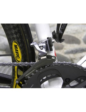 Saunier Duval-Prodir mechanics have inserted something in between the front derailleur and braze-on mount, presumably to keep it from slipping.