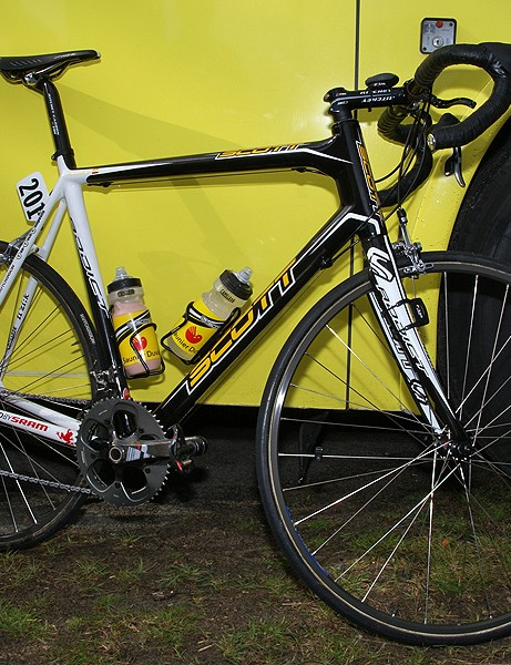 Saunier Duval-Scott riders rode the non-integrated seatpost versions of the Scott Addict frames