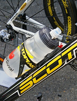 Camelbak bottles debut in the ProTour aboard the bikes of Saunier Duval-Scott.