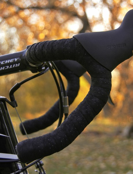 The anatomic Ritchey Logic II Carbon handlebars are fitted with top-end SRAM Red DoubleTap levers