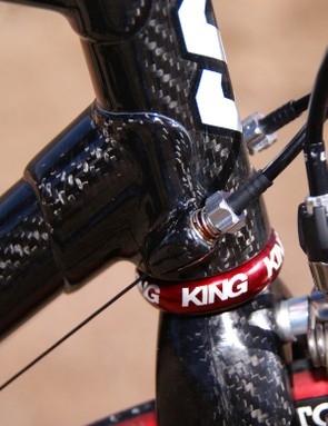 The derailleur housing adjusters are integrated right into the lower head tube lug.