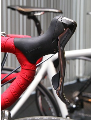 In practice, the Di2 lever actually feels rather similar to the outgoing 7800 unit but thankfully, the electronic version's body still seems to yield a flatter perch up top.