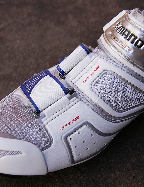 Offset forefoot straps deliver a snug fit free of pressure points up top