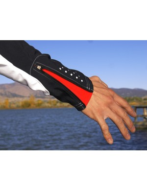 Colour-contrast zippered cuffs help seal up wrists against unwanted drafts but they migrate open if not zipped completely shut