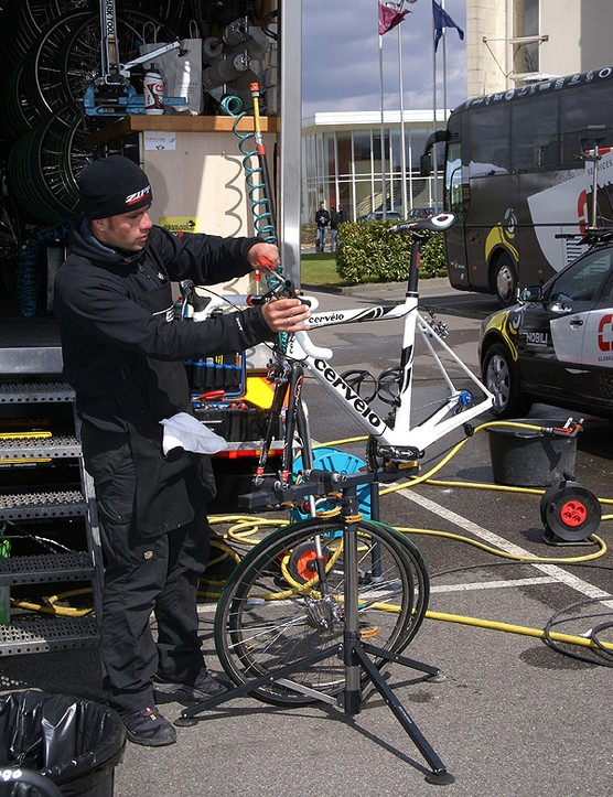 Team CSC mechanic Roger Theel preps O'Grady's bike the day before the big event.