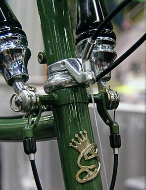 Beer-tap shifter details and headbadge.