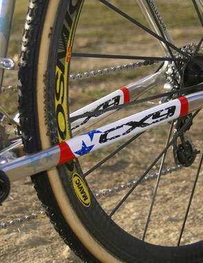 The straight aluminum chain stays  include a bridge for extra rigidity