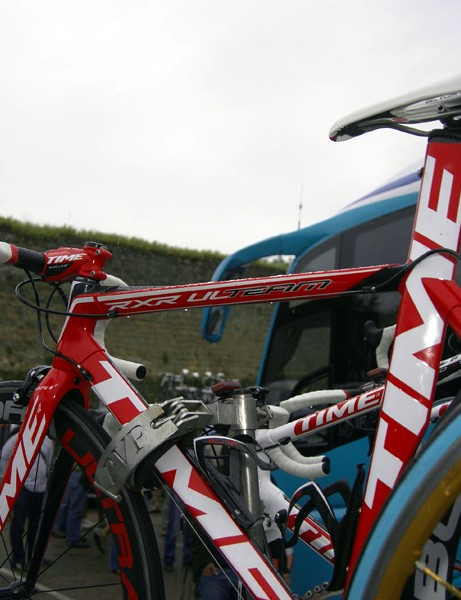 The RXR Ulteam front triangle uses more heavily shaped tubes and sharper lines than the RXS.