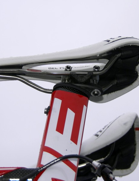The new integrated seat mast head utilizes a snazzy-looking two-bolt configuration.