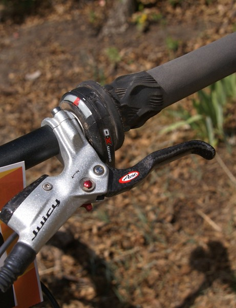 Brown uses SRAM X.0 twist shifters and Avid Juicy Carbon hydraulic disc brakes.