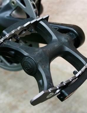 Durable and wide butterfly pedals.