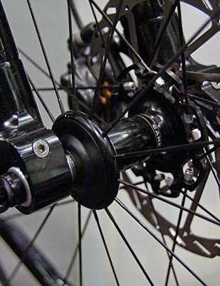 Ventana's way of fitting a standard front wheel axle in this 20mm TA fork.
