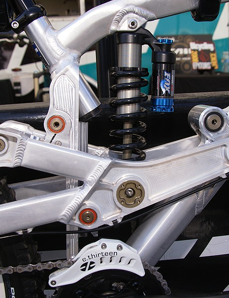 The sensitive parts of the centrally located rail are somewhat shielded from rear-wheel muck
