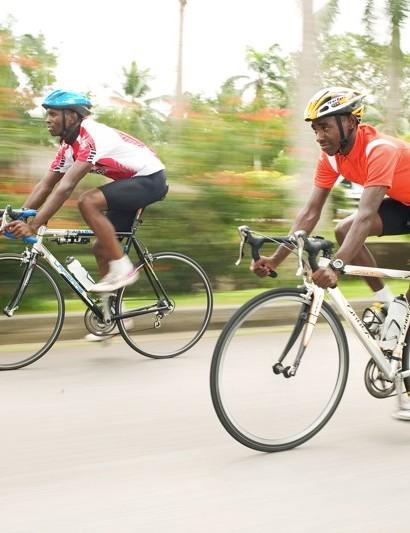 Samwei Mwangi (L) and Zakayo Nderi training in Kenya.