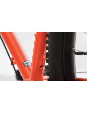 Here's a port on the back of the down tube to for an internally-routed dropper