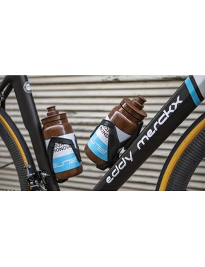 The bike is paired with Elite Vico Carbon bottle cages