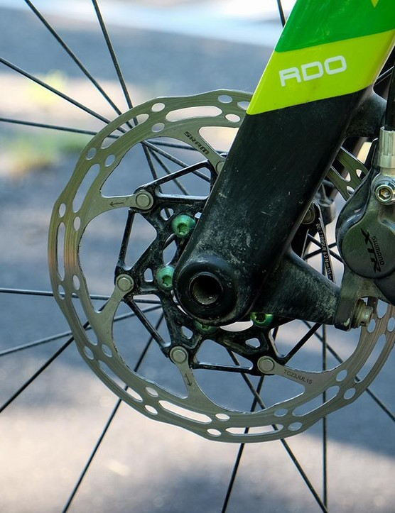 The R785 levers are paired with Shimano's XTR calipers and 140mm rotors. The green bolts are a nice touch
