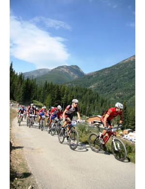 Andreas Hestler leads Tim Heemskerk and the rest of the field early in stage 1
