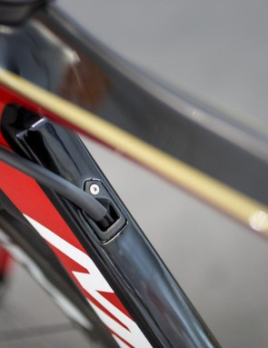 The internal cable routing of the frame runs through the downtube