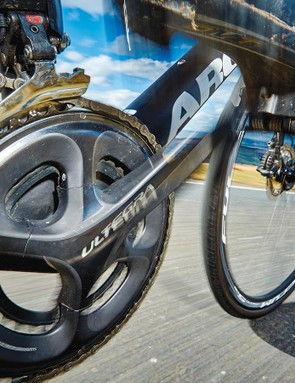 A Di2 electronic Ultegra groupset takes care of shifting and a compact chainset keeps gears easy to spin on all terrains