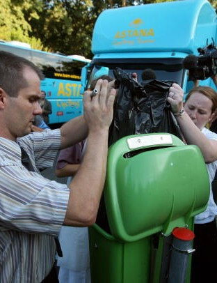 Employees from the Palmeraie Hotel in Pau take garbage out on the order of the police, 24 July 2007