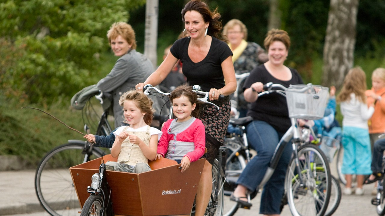 Bikes such as those sold by Bakfiets.nl should be the norm. Pictured here is everyday life, not a 'lifestyle'