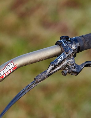 A Renthal Fatbar Lite Alloy 30mm can be found up front