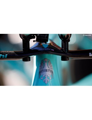 A small decal on the base bars helps identify the bike as Roglic's