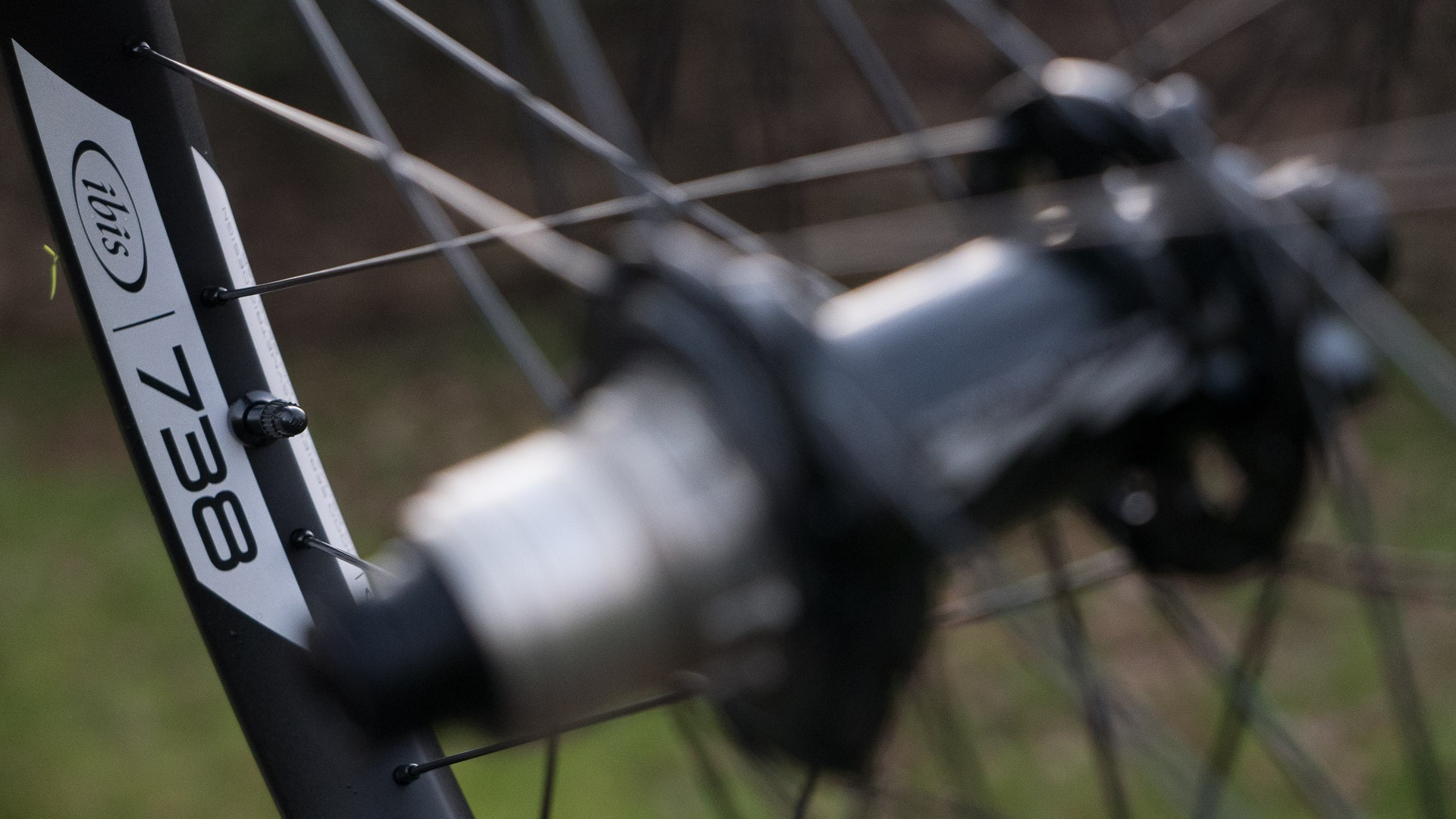 The 738 wheelset marries 27.5 rims with a 38mm external width to Ibis' own brand hubs