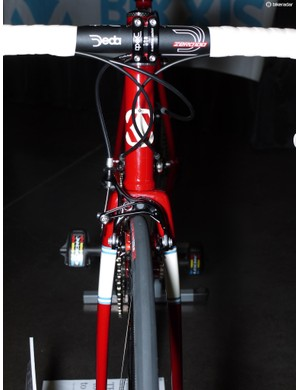The beefy shoulders of Dario Pegoretti's Falz fork match the oversived tubes on the Bixxis