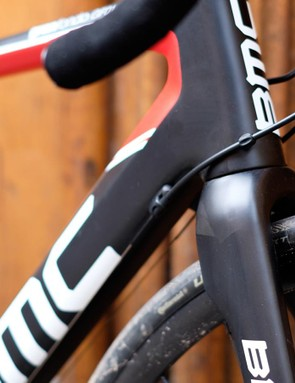 While the gear cables run along the length of the down tube, the brake hoses are routed internally