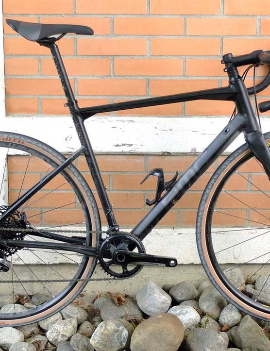 BMC's new Roadmachine X has an aluminium frame, carbon fork and wants to explore. This bike had just climbed 1,000m of mixed tarmac and gravel, then descended twice as far on the way here — apologies for the dirt