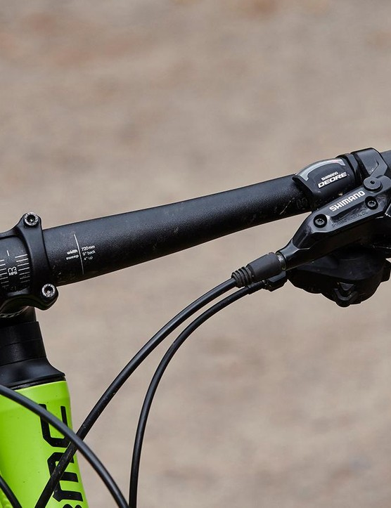 A short head tube keeps the handlebar aggressively low over the 29in wheels