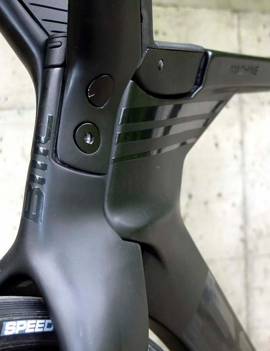 Two flush mounted bolts on each side of the head tube allow the cockpit to be changed