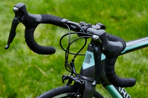 With a full-carbon build, including frame, forks and bars, the Road Team Carbon also comes in at under £1,000