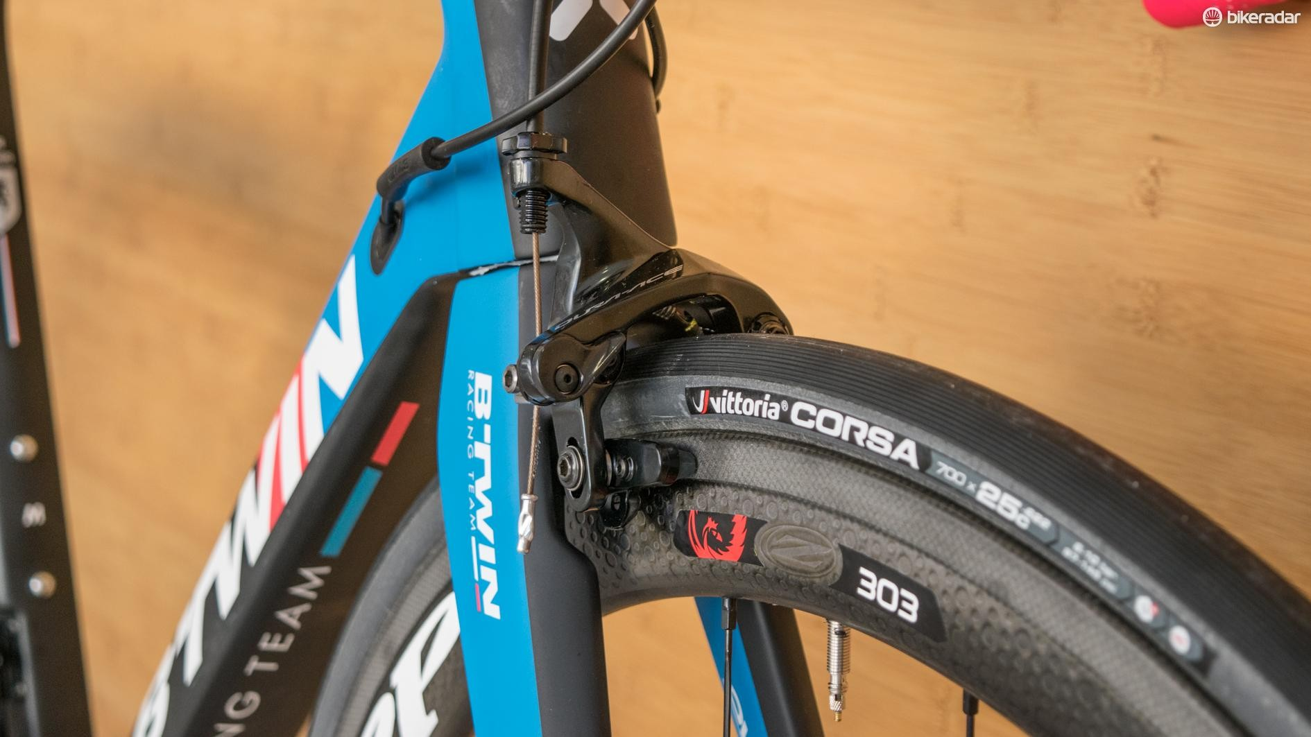 Zipps, direct mount Dura-Ace brakes and Vittoria graphene tyres — there's a lot to like here!