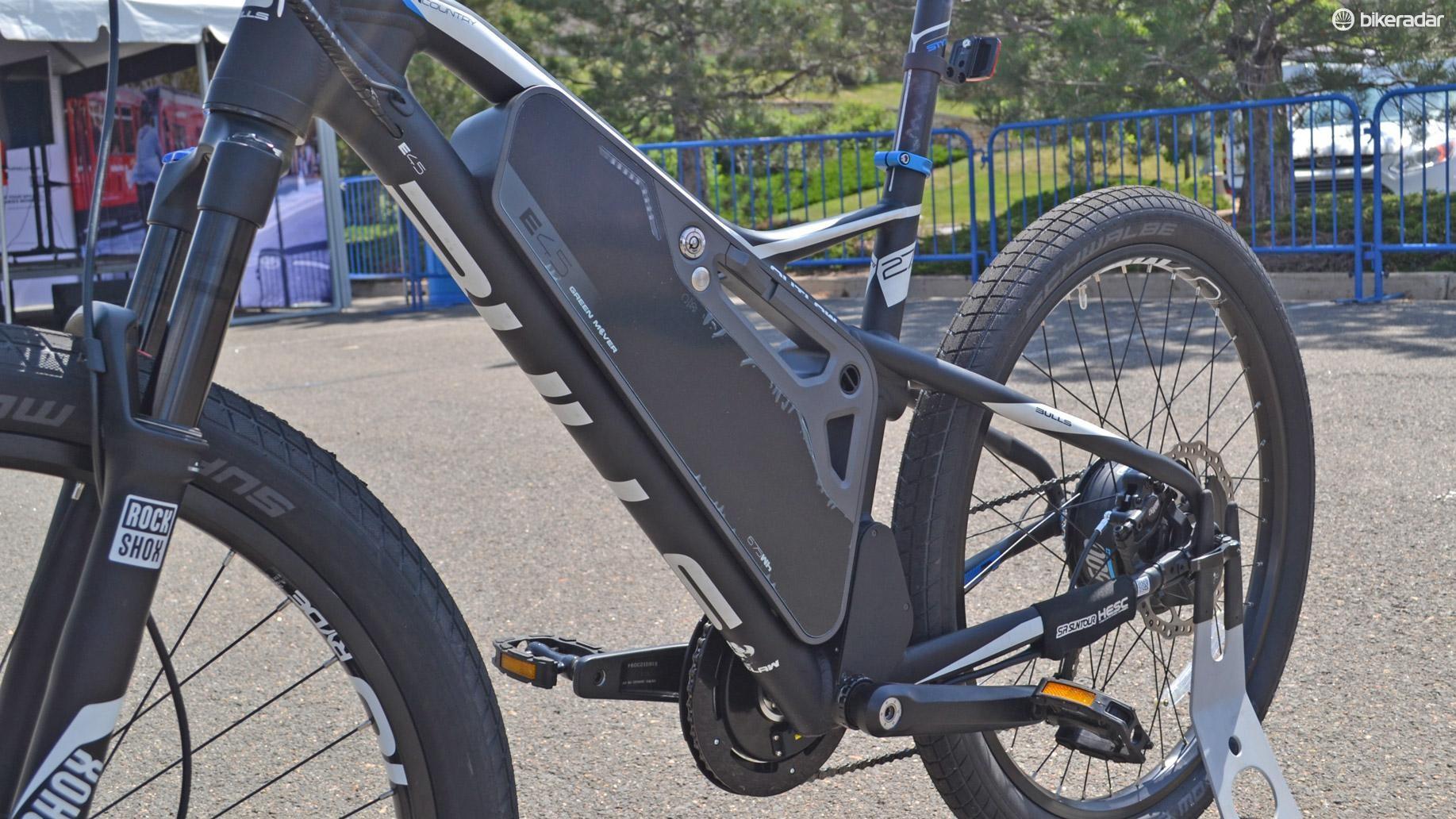 The SR Suntour battery supplies 670 watts and a 70-mile range