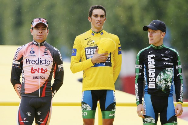 Cadel Evans (L), will start the 2008 Tour with bib number 1.