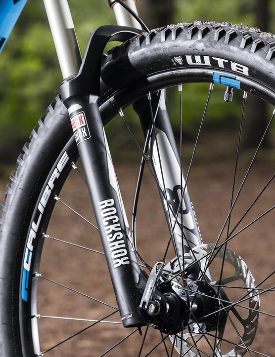 The RockShox XC32 fork only has a QR skewer holding the wheel in place