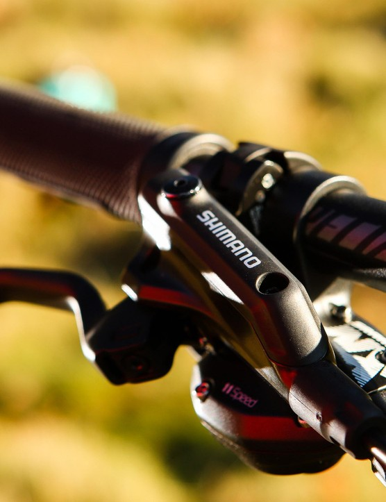 On the 720mm alloy mini-riser bars you'll find SRAM NX gear shifters and Shimano M506 brakes