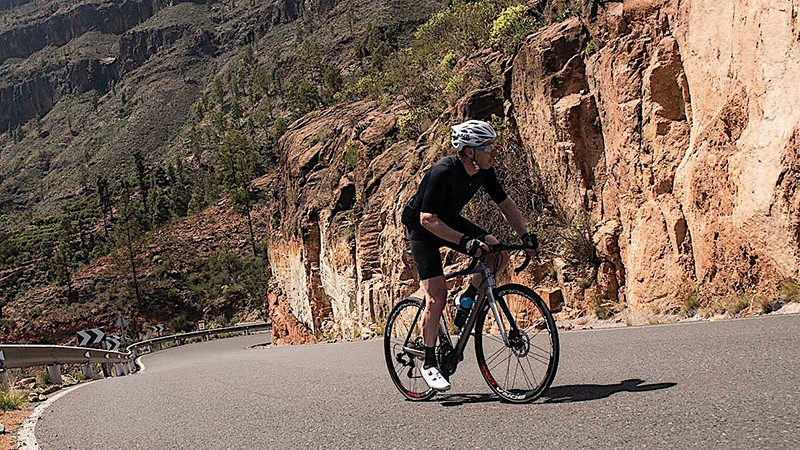 A steep ascent on my Super Record mechanical hydraulic disc-equipped De Rosa Protos