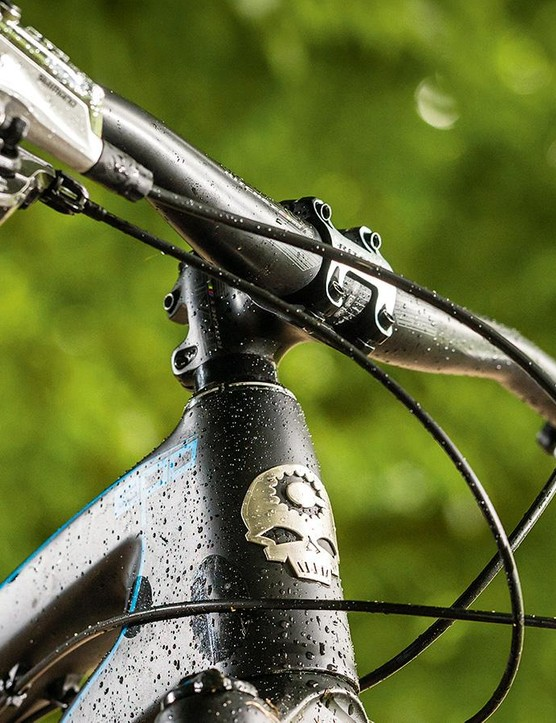 Short stems and wide bars complement the EPO's nature