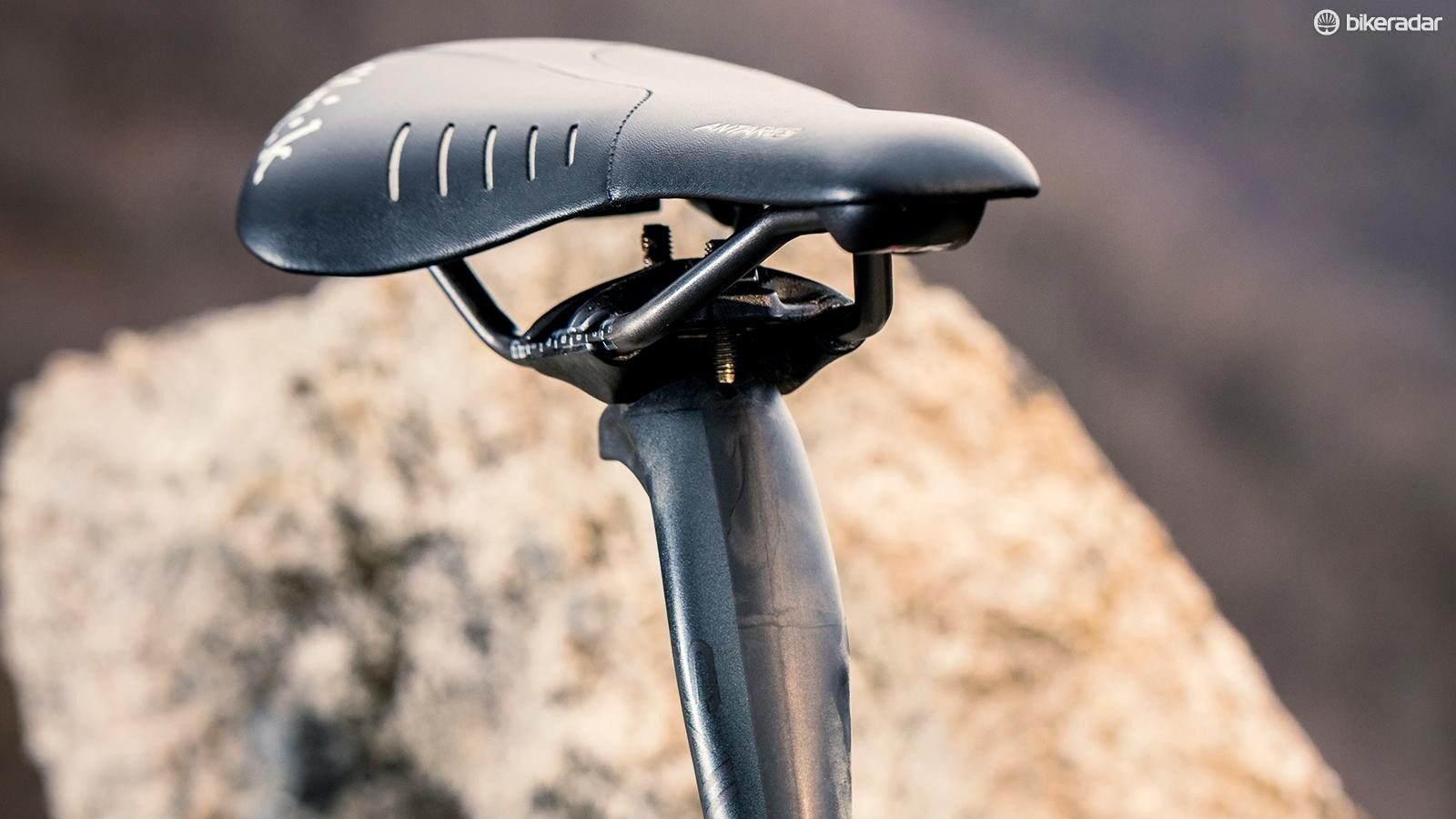Fizik's Antares saddle sits on top of Cannondale's comfort-infused SAVE carbon post