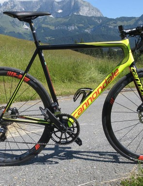 A very narrow sloping top tube indicates that this Cannondale road bike has semi-compact geometry